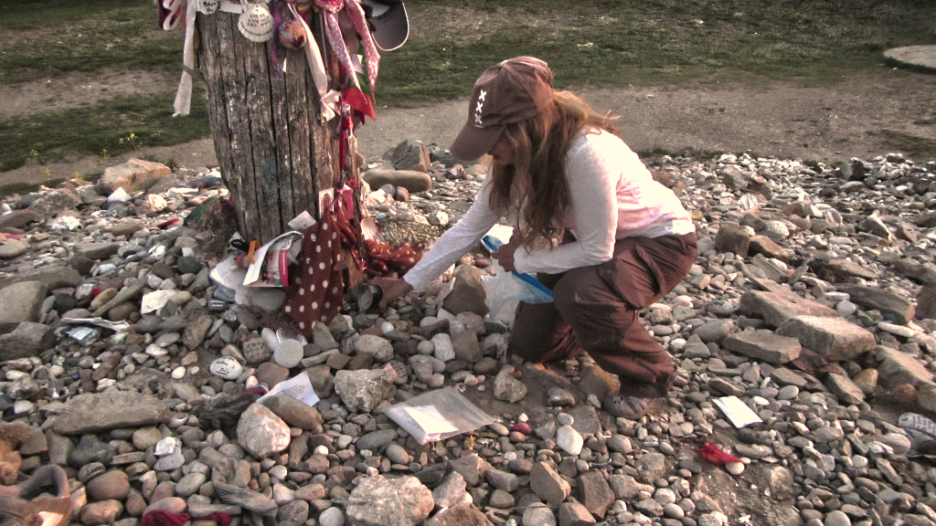 Jomayra leaves ashes at the iron cross