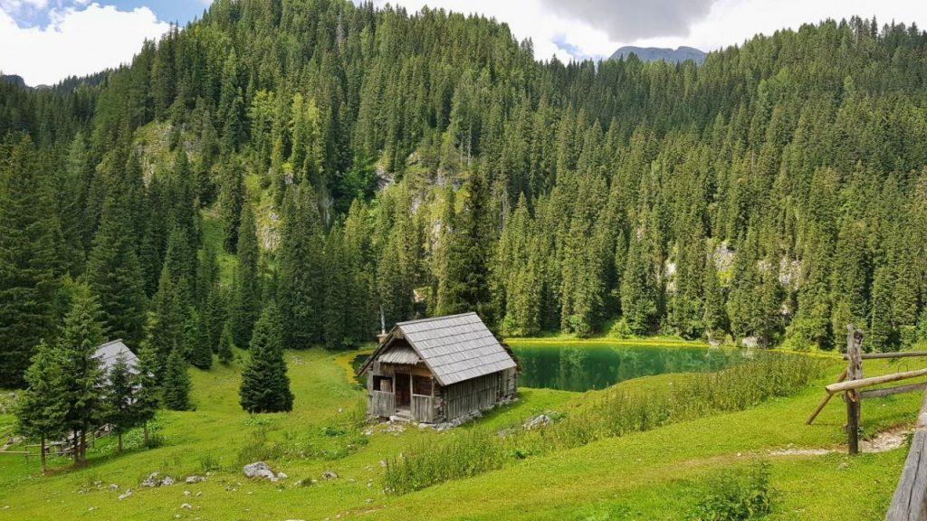 Koča-na-Planini-pri-Jezeru-lakeside-small-hut